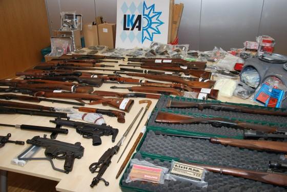 Auf dem Bild des Landeskriminalamtes Bayern sieht man die beschlagnahmten Waffen und das Material zur Sprengstoffherstellung. (Foto LKA Bayern)